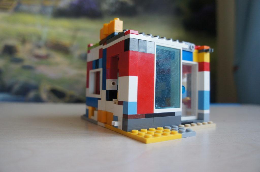 Лего-самоделка: домик-книжка