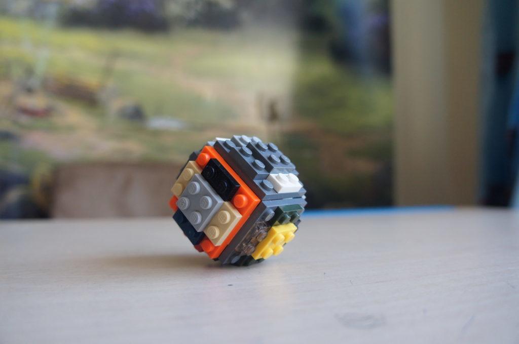 Лего-самоделка: шар из старых кирпичиков